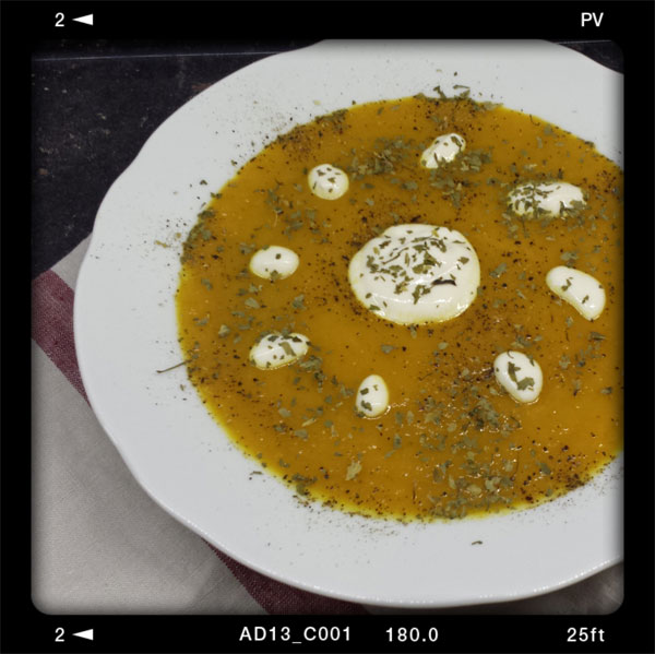 """Karotten-Ingwer-Suppe aus dem Kochbuch """"Vegan: Tut gut, schmeckt gut"""" von Jérôme Eckmeier"""