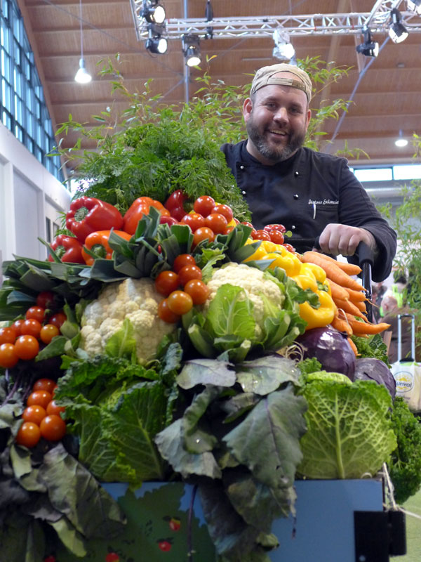 Jérôme Eckmeier mit einem Einkaufswagen voller Gemüse