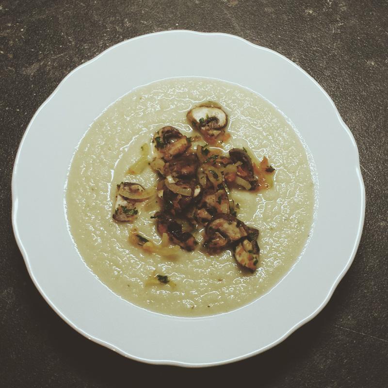 """Sauerkrautsuppe mit Pilzen aus: """"Vegan - Quick & Easy"""" von Björn Moschinski"""