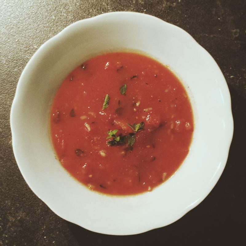 """Tomatensuppe mit Reis, Rezept aus: Kirsten M. Mulach """"Das vegane Kochbuch meiner Oma"""""""